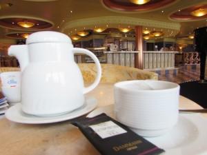 Chás e cafés podem ser pedidos também nos bares do navio