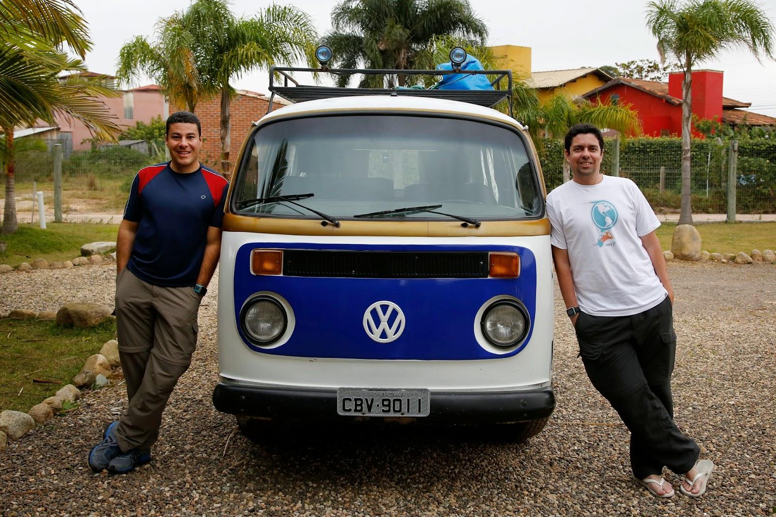 Viajantes exploram o Sul do Brasil em uma Kombi